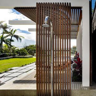 Imagen de patio contemporáneo, de tamaño medio, sin cubierta, en patio trasero, con ducha exterior