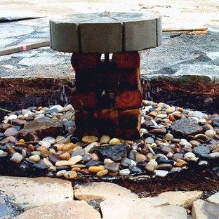 Foto di un piccolo patio o portico country in cortile con fontane, pavimentazioni in pietra naturale e nessuna copertura