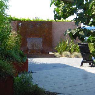 Immagine di un patio o portico minimal con fontane