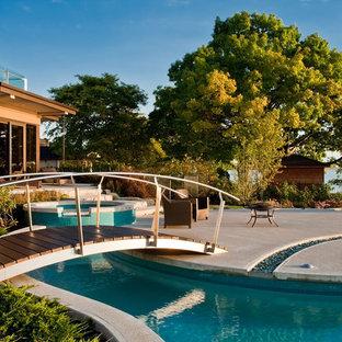 Стильный дизайн: двор в современном стиле с местом для костра - последний тренд