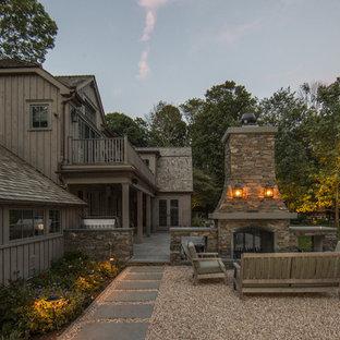 Mittelgroßer, Unbedeckter Landhausstil Patio mit Kies hinter dem Haus mit Feuerstelle in New York