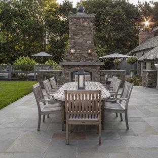 Inspiration för en mellanstor lantlig uteplats på baksidan av huset, med naturstensplattor