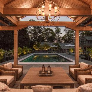 Immagine di un patio o portico country di medie dimensioni e dietro casa con pavimentazioni in pietra naturale e un gazebo o capanno