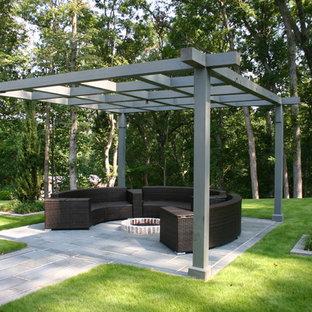 Idée de décoration pour une terrasse design avec un foyer extérieur et un gazebo ou pavillon.