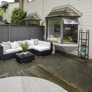 Ispirazione per un patio o portico design di medie dimensioni e dietro casa con graniglia di granito e nessuna copertura