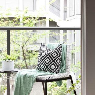 Immagine di un piccolo patio o portico tradizionale in cortile con un giardino in vaso, pedane e un tetto a sbalzo