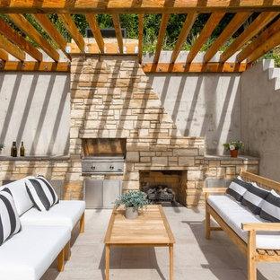 Aménagement d'une terrasse avec une cuisine extérieure arrière contemporaine avec une pergola.
