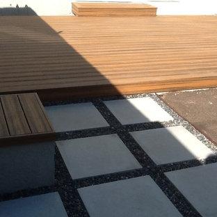 Пример оригинального дизайна: дворик среднего размера на заднем дворе в стиле кантри с мощением тротуарной плиткой без защиты от солнца