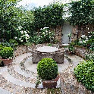 Diseño de patio clásico, pequeño, con adoquines de ladrillo