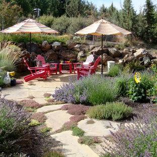 Immagine di un patio o portico mediterraneo dietro casa con graniglia di granito