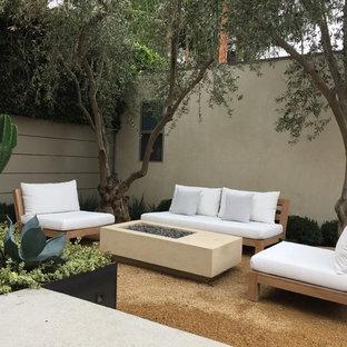 Foto di un patio o portico minimalista di medie dimensioni e dietro casa con un focolare, graniglia di granito e nessuna copertura