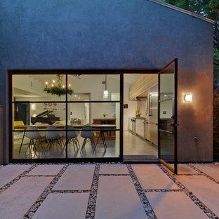 Esempio di un patio o portico bohémian di medie dimensioni e dietro casa con pavimentazioni in cemento e nessuna copertura