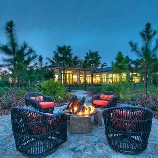 Immagine di un patio o portico minimal con un focolare