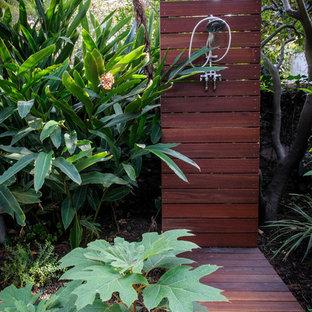 Ispirazione per un patio o portico minimal di medie dimensioni e dietro casa con pedane e nessuna copertura