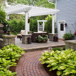 Aménagement d'une terrasse classique avec un gazebo ou pavillon.
