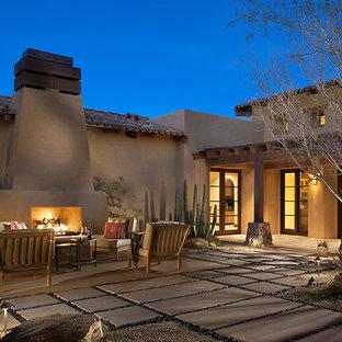 Esempio di un patio o portico stile americano con un focolare