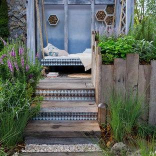 Inspiration för eklektiska uteplatser, med trädäck och ett lusthus
