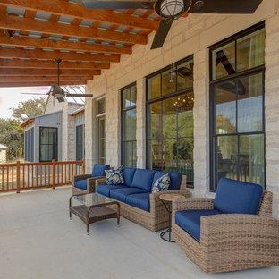 Esempio di un patio o portico country di medie dimensioni e dietro casa con graniglia di granito e un tetto a sbalzo