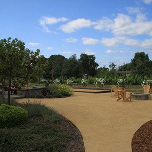 Foto di un ampio patio o portico country dietro casa con un focolare, graniglia di granito e nessuna copertura