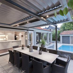 Exemple d'une terrasse moderne avec une pergola.