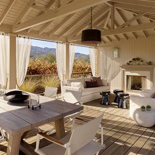 Idee per un patio o portico tradizionale con pedane e un gazebo o capanno