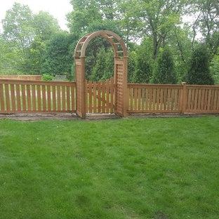 Idee per un grande patio o portico tradizionale dietro casa