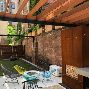 Idées déco pour une terrasse arrière contemporaine avec une pergola et une cheminée.