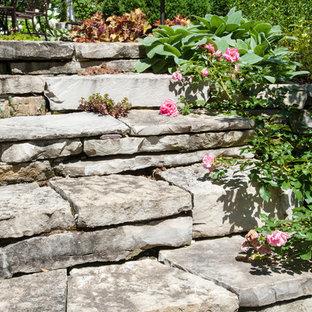 Idee per un patio o portico classico di medie dimensioni e dietro casa con ghiaia e nessuna copertura