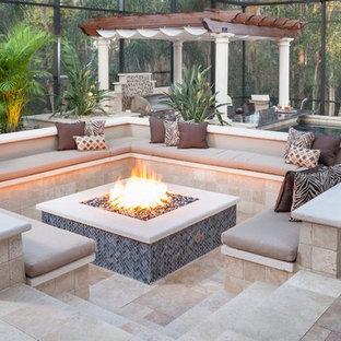 Diseño de patio clásico renovado, de tamaño medio, en patio trasero, con brasero, adoquines de piedra natural y pérgola