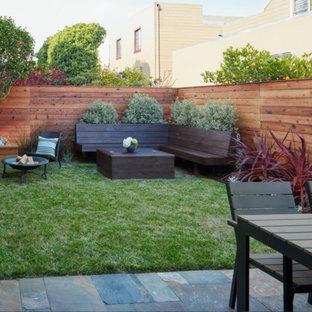 Idee per un patio o portico moderno di medie dimensioni e dietro casa con un focolare, piastrelle e nessuna copertura