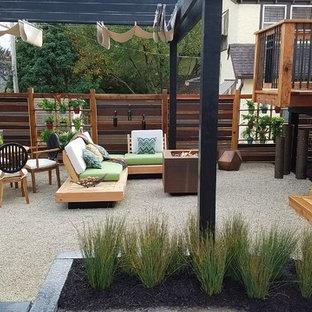Idee per un piccolo patio o portico moderno dietro casa con graniglia di granito e una pergola