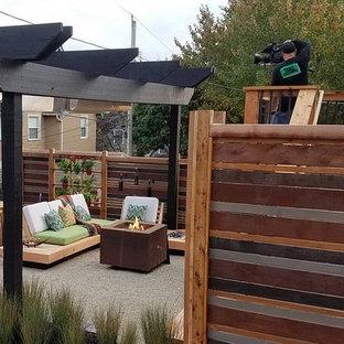 Foto di un piccolo patio o portico minimalista dietro casa con graniglia di granito e una pergola