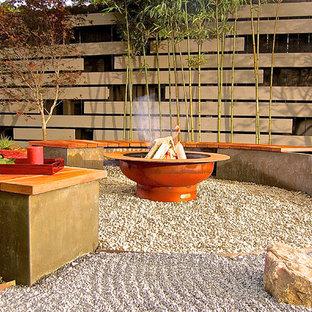 Idee per un patio o portico etnico di medie dimensioni e dietro casa con un focolare, ghiaia e nessuna copertura