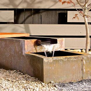 Idee per un patio o portico etnico di medie dimensioni e dietro casa con ghiaia, nessuna copertura e fontane