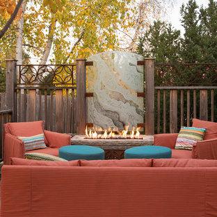 Imagen de patio actual, sin cubierta, en patio trasero, con brasero y adoquines de piedra natural