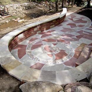 Immagine di un grande patio o portico bohémian dietro casa con fontane, pavimentazioni in pietra naturale e nessuna copertura