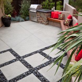 Foto de patio contemporáneo, pequeño, sin cubierta, en patio trasero, con adoquines de hormigón y cocina exterior