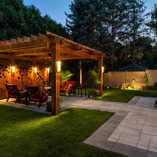 Immagine di un patio o portico etnico con una pergola