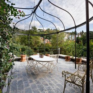 Esempio di un patio o portico design con un giardino in vaso