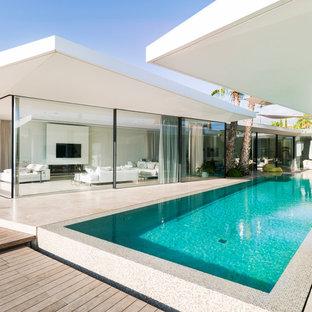 Modernes Pool im Innehof in rechteckiger Form mit Dielen in Palma de Mallorca
