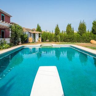 Immagine di una piscina monocorsia country rettangolare di medie dimensioni e davanti casa con un acquascivolo