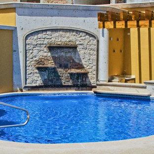 Imagen de piscina clásica, grande, a medida, en patio, con adoquines de piedra natural