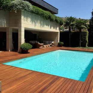 Idee per una piscina monocorsia mediterranea rettangolare di medie dimensioni e davanti casa con una dépendance a bordo piscina e pedane