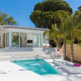 Imagen de casa de la piscina y piscina alargada, mediterránea, a medida, en patio delantero, con losas de hormigón