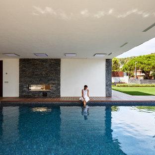 Ejemplo de casa de la piscina y piscina alargada, actual, grande, rectangular, en patio delantero, con entablado