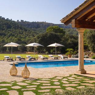 Imagen de piscina mediterránea, grande, rectangular, en patio trasero