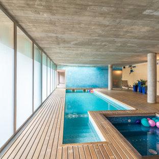 Foto de piscinas y jacuzzis actuales, interiores y rectangulares, con entablado