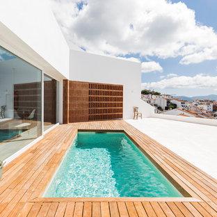 Idee per una piccola piscina monocorsia mediterranea rettangolare nel cortile laterale con una dépendance a bordo piscina e pedane