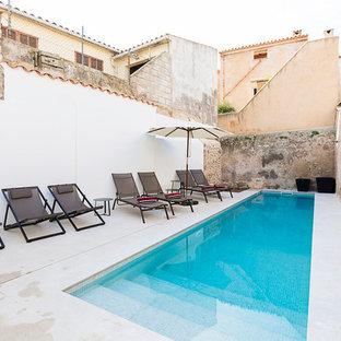 Foto de piscina alargada, vintage, pequeña, rectangular, en patio trasero
