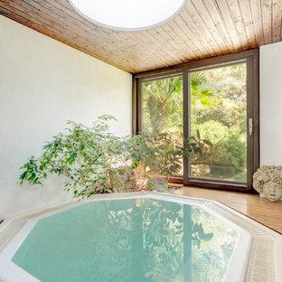 Idee per una piccola piscina coperta etnica personalizzata con una vasca idromassaggio e pedane